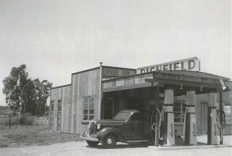 Original-Carls-Bar-Gas-Station-approx-1936-1939